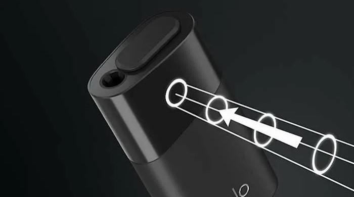 Включается устройство путем зажатия единственной кнопки
